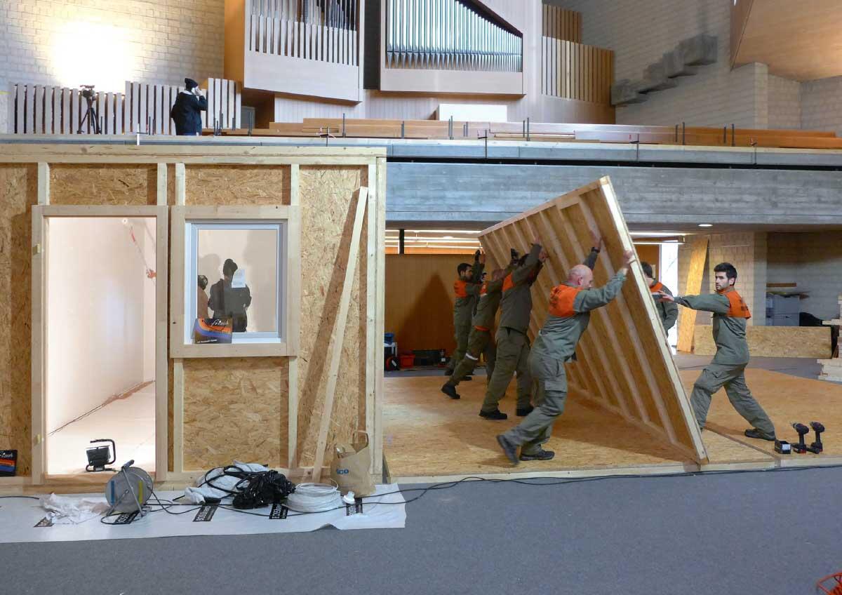 Sommer 2015: In der Kirche Rosenberg erstellt das Architekten-Kollektiv Winterthur temporäre Flüchtlingsunterkünfte. Bild: Markus Jedele