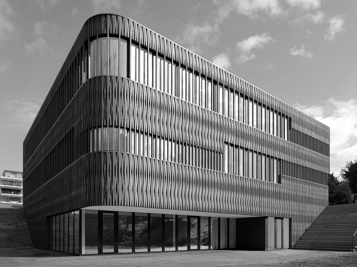 Städtebauliche Sitzung des Schulhauses an der Gländekante: Schulhaus Büttnern in Luzern von Rohrer Sigrist Architekten