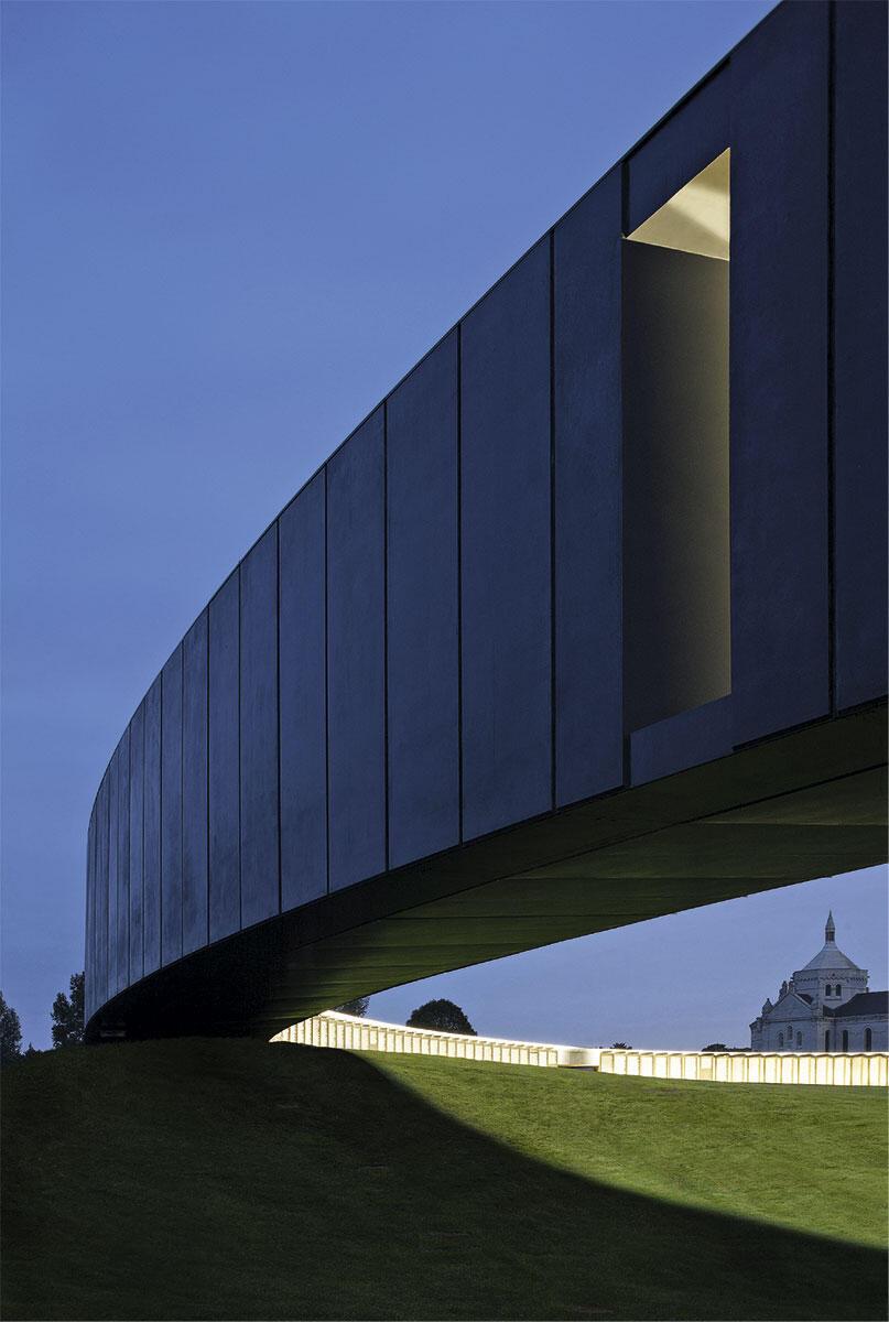Der Ring des Memorials schwingt sich über die Hangkante hinaus ins Freie. Die Namen von 580 000 Toten aller Kriegsparteien erinnern an die Opfer des Ersten Weltkriegs.