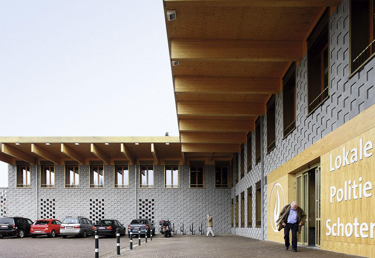 Bovenbouw: Polizeiwache Schoten (2008). Der Winkelbau fasst den Vorplatz; das weit auskragende Vordach markiert die öffentliche Nutzung.