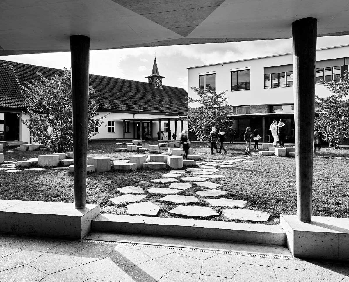 Den zentralen Angelpunkt von alter und neue Schulanlage bildet der gemeinsame grüne Innenhof. Bild: Roland Bernath