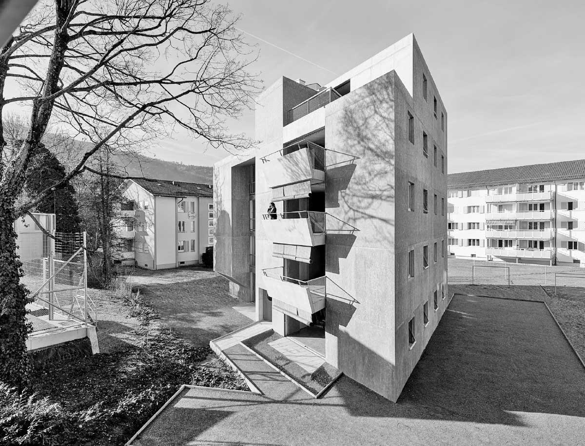 In den kompakten Block des Mehrfamilienhauses sind die Wohnräume wie Brücken eingeschnitten. Bild: Bruno Helbling