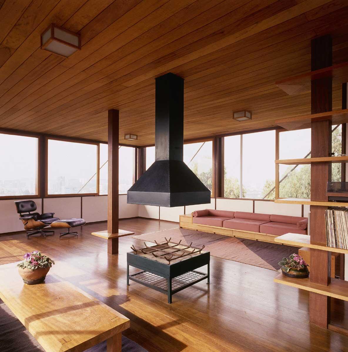 Die helle Brüstung fasst den weiten Innenraum im Wohngeschoss. Bild: Nelson Kon