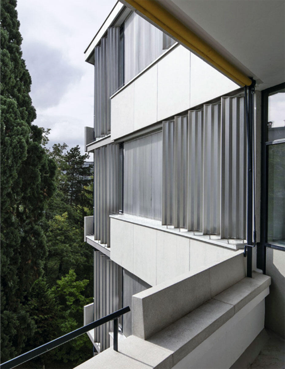 Sichtblenden aus Aluminium schützen die Privatsphäre benachbarter Wohnungen. Sie wurden nur gereinigt und wieder eingebaut.