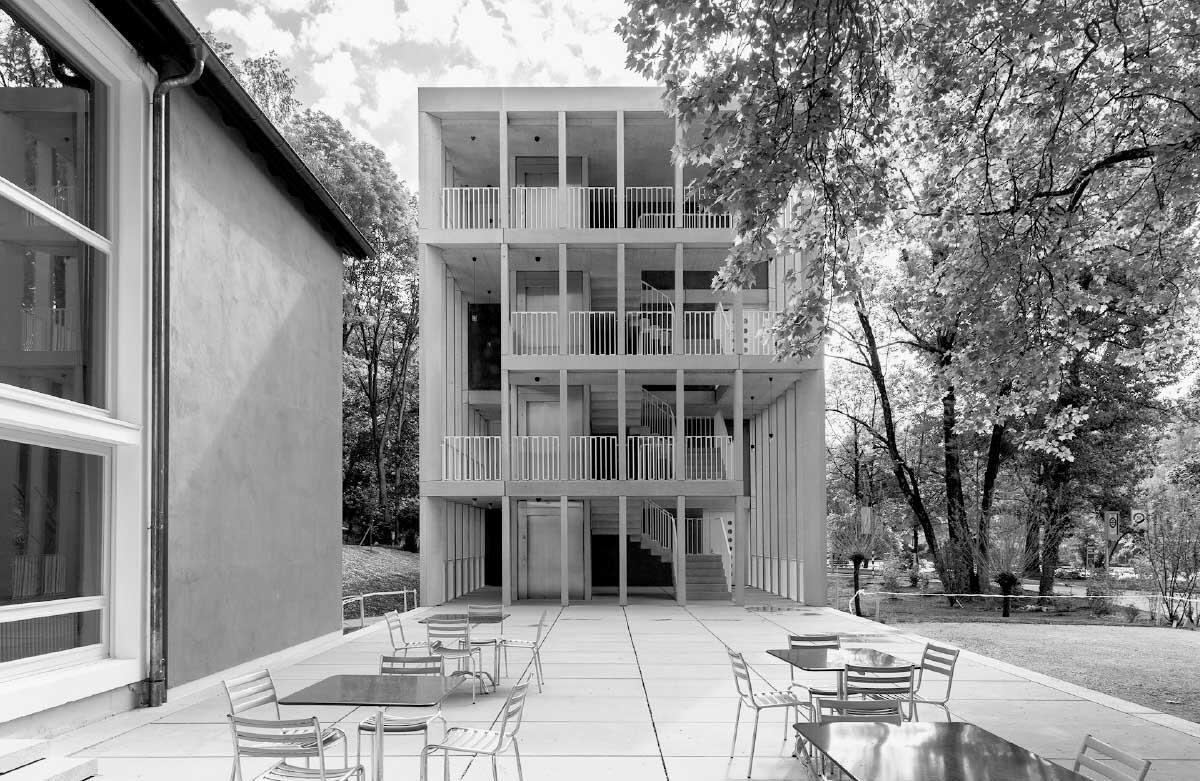 Strukturell und volumetrisch verwandt zeigen sich Alt- und Neubau. Zusammen fassen sie einen idyllischen Vorplatz. Bild: Adrian Scheidegger