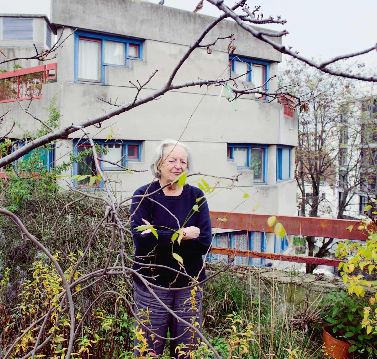 Renée Gailhoustet vor ihrer Wohnung in der Siedlung Le Liégat in Ivry. Bild: Valérie Sadoun