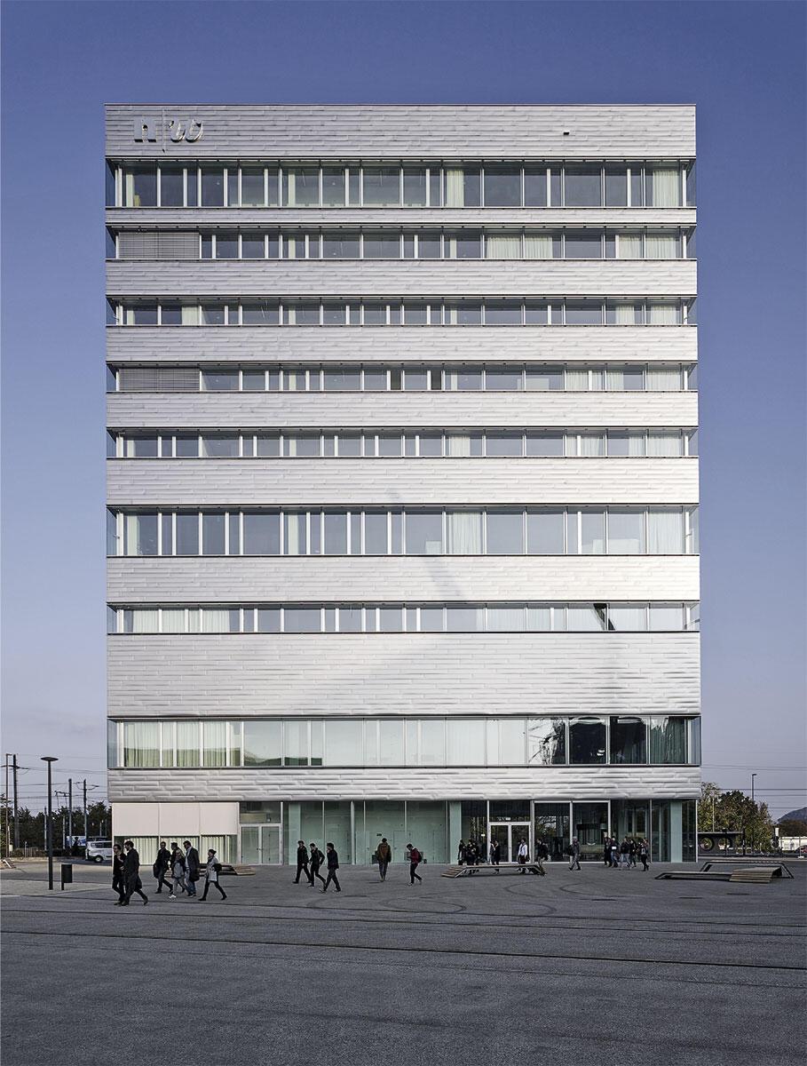 Im Hochhaus des Campus der Künste Dreispitz Basel von Morger + Dettli Architekten sind Ateliers, Verwaltungs- und Gemeinschaftsräume untergebracht. Verschiedene Raumhöhen und Fensterlagen ermöglichen eine flexible Nutzung.