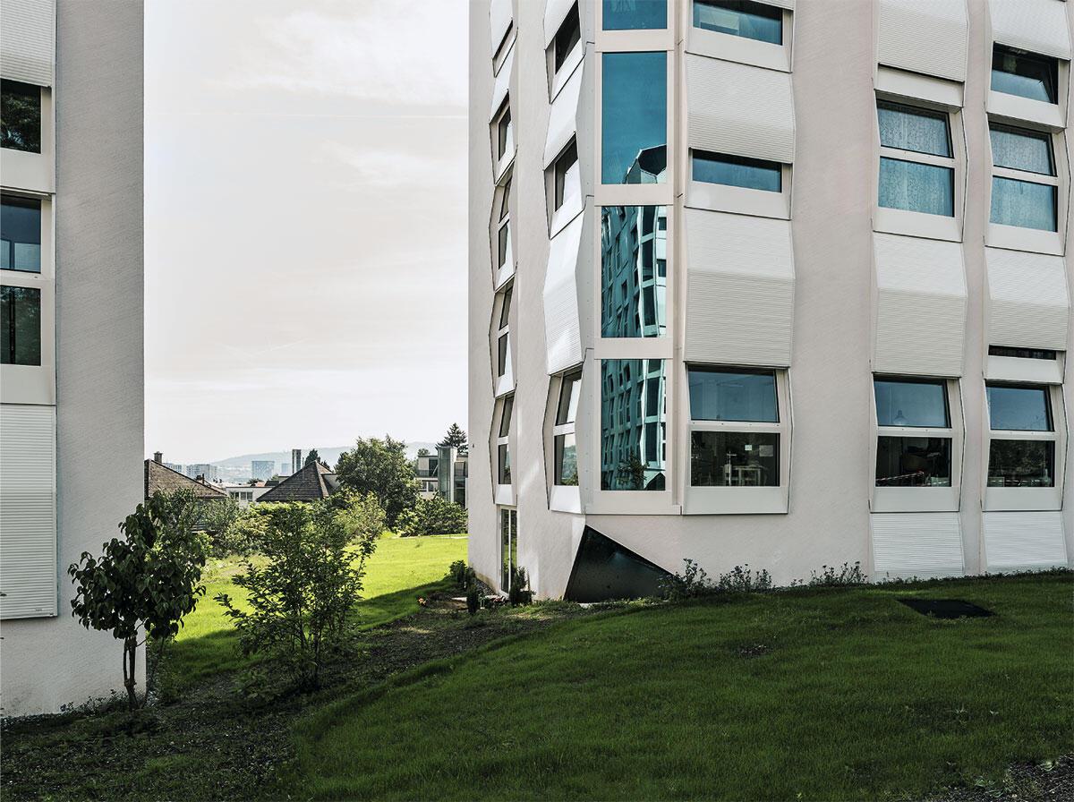 Abgestellte Köfferchen oder organisch gewachsene Kristalle? Die städtische Wohnsiedlung Rautistrasse in Zürich von Unkend.