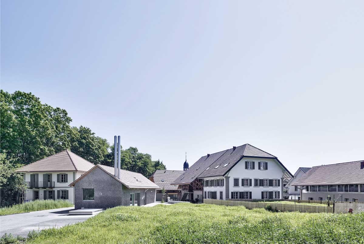 «Dorfbau» zwischen Bauernhäusern und neuem Wohnhaus: Ehemaliges Schulhaus und Käserei, neues Gemeinschaftshaus, «Kleines Bauernhaus», «Grosses Bauernhaus», Schweinestall. Bild: Rolf Siegenthaler
