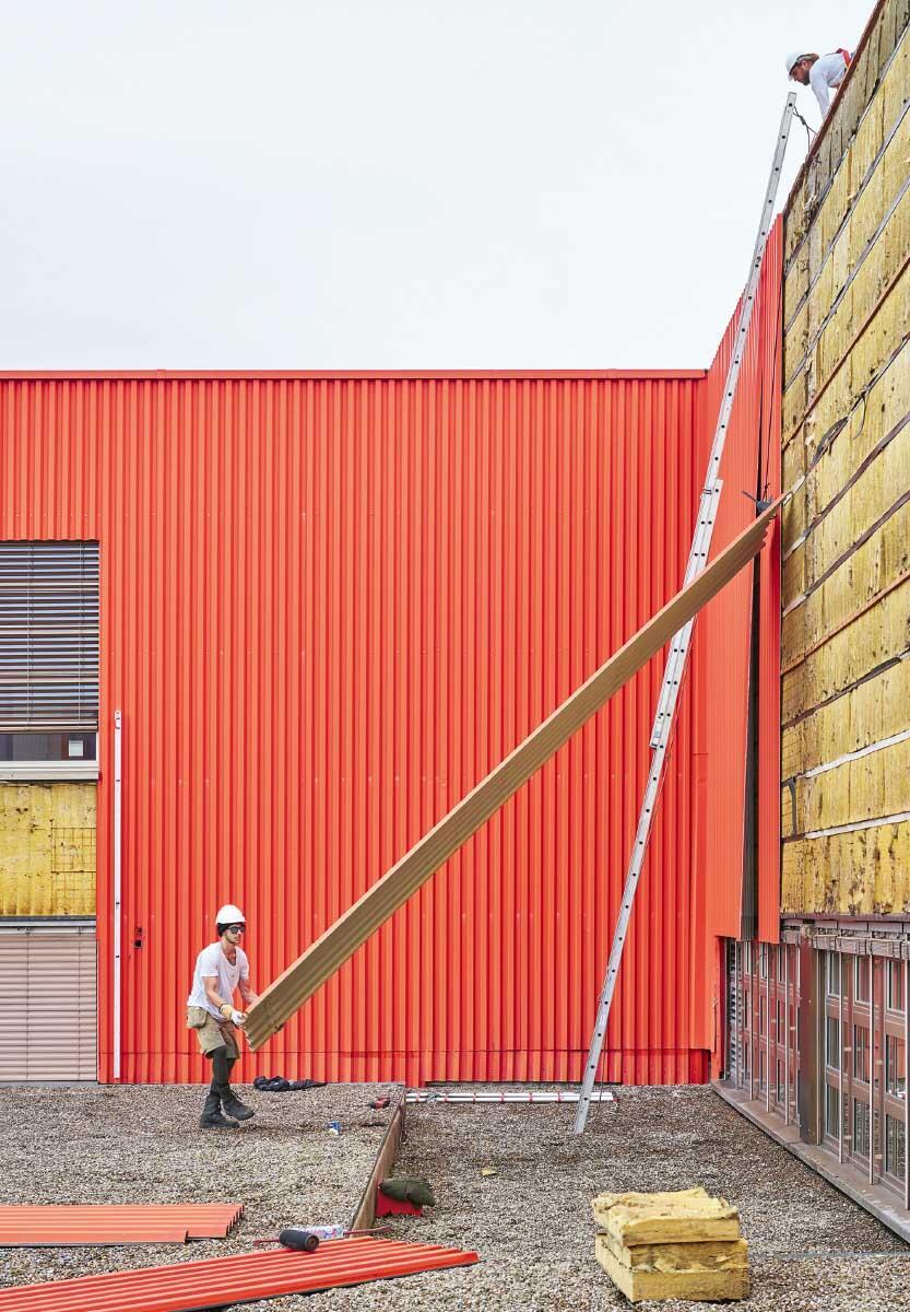 Hier werden die roten Fassadenpanele in Uster geerntet, die den Kopfbau 118 schon lange vor Fertigstellung kennzeichneten.  Bild: Martin Zeller