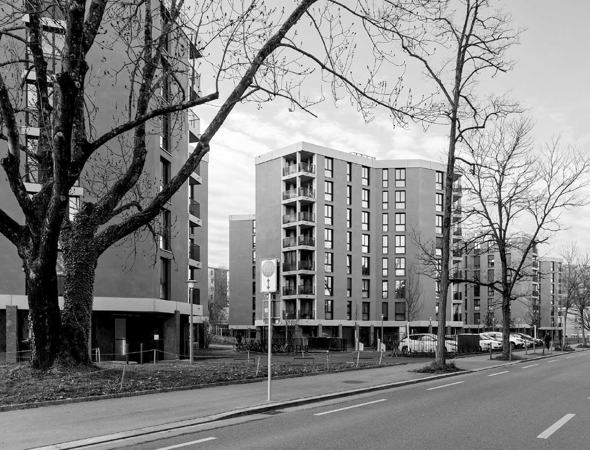 Die organische Grundform bewirkt eine freie, gestaffelte Erscheinung der Häuser zur Strasse wie zum Park, der so bis an den Fahrbahnrand durchfliesst. Bild: Georg Aerni
