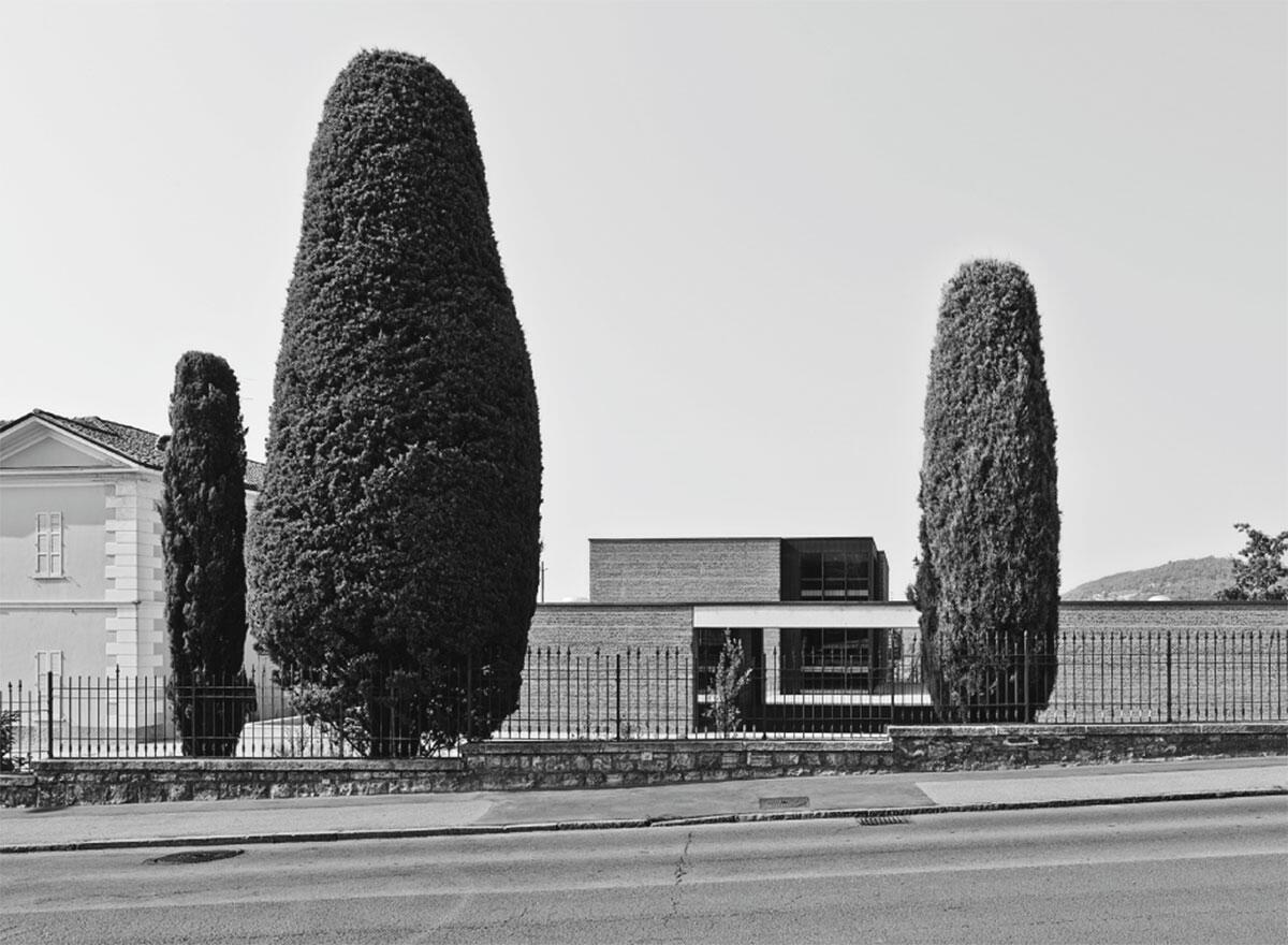 Ein niedriger Komplex aus drei Pavillons duckt sich neben der historischen Gutsvilla.