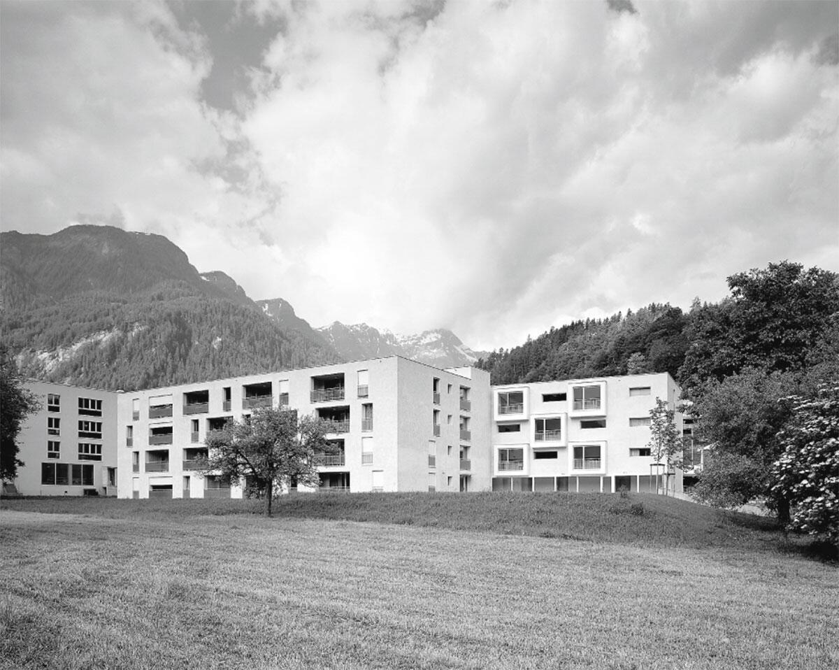 Blick vom bestehenden Obstgarten auf die neue Anlage: Seniorzentrum Compogna, Thusis von ARGE Iseppi-Kurath GmbH / Marugg / Hauser.