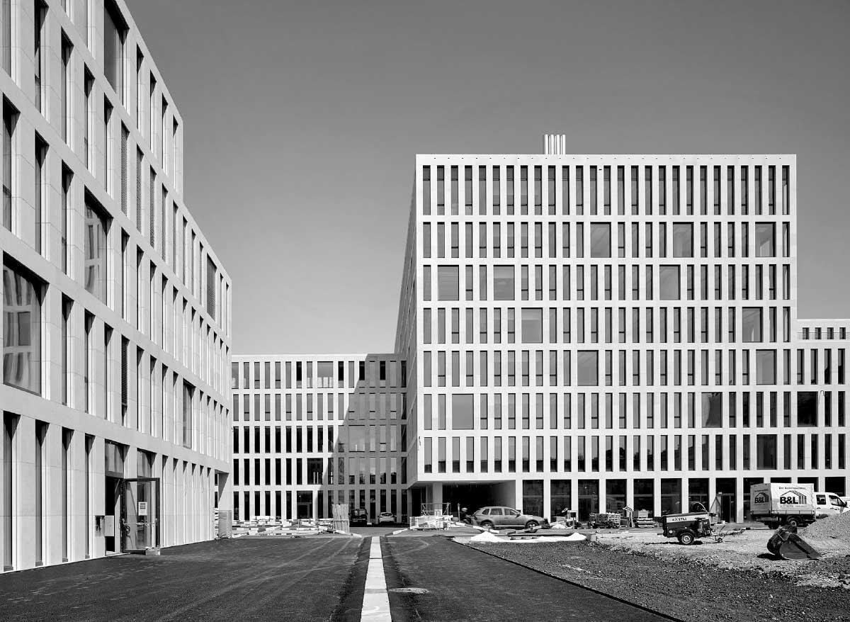 Die drei um- und neugebauten Verwaltungsgebäude verbinden vielfältige Gassen- und Platzräume. Im Inneren setzt sich die Fassade in den Atrien fort. Sie erhalten so den Charakter gedeckter, öffentlicher Plätze. Bild: Thomas Telley