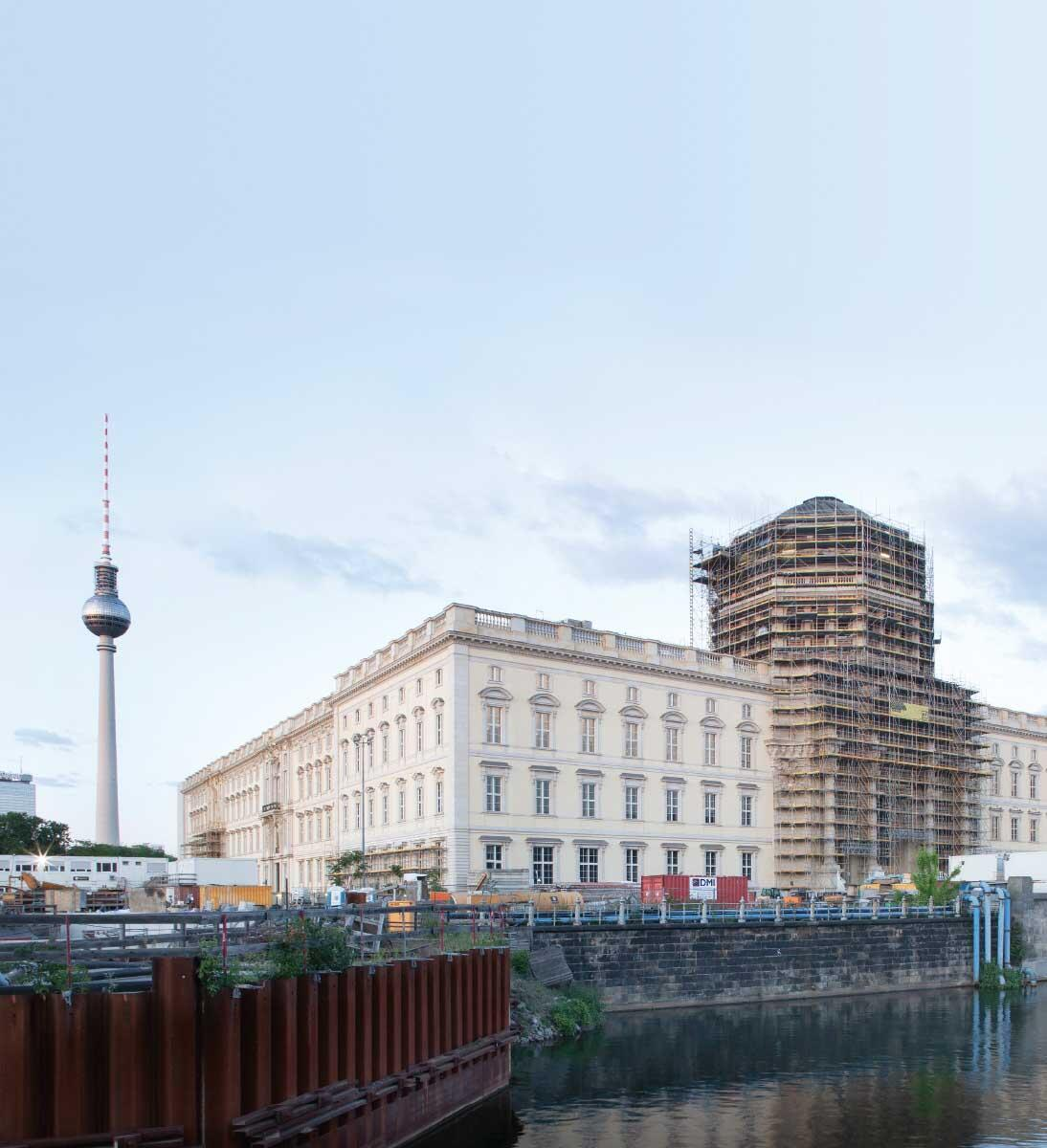 Wie selbstverständlich präsentiert sich das fast fertige Schloss in der Stadt. Westfassade mit Kuppel Bild: Luca Girardini