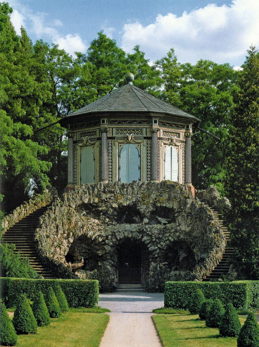 Im Rokoko-Park von Balthasar Neumanns Schloss Veitshöchheim bei Würzburg von 1760 steht das so genannte «Grottenhaus». Es verbindet die Lust an der feucht-kühlen Höhle toskanischen Vorbilds mit dem darauf platzierten, extrovertierten Pavillonbauwerk.