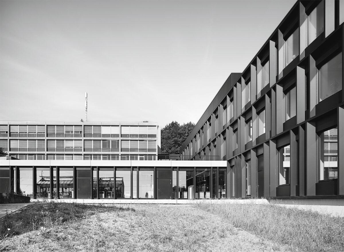 Der Neubau ist auf jedem Geschoss mit den bestehenden Bauten der Anlage verbunden.