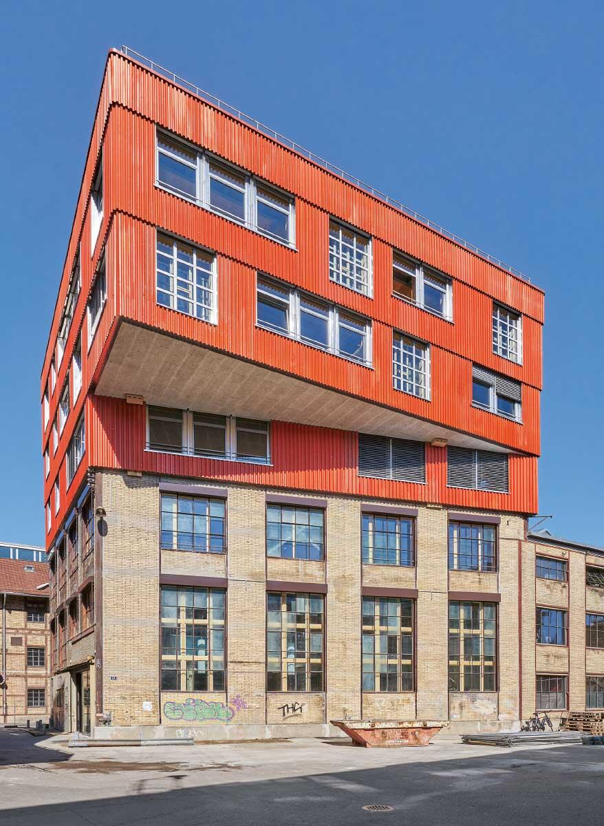 Wenn das Bauteil bestimmt: Die orthogonale Stahlstruktur aus Basel führt als Aufstockung auf dem trapezförmigen Bestand in Winterthur zu einer Auskragung. Bild: Martin Zeller