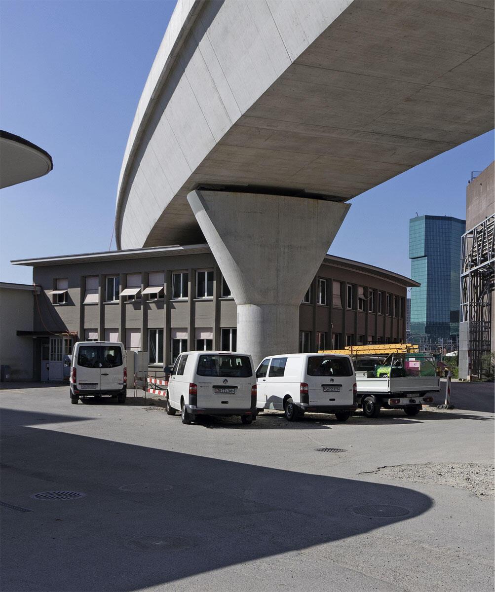 Neuer Massstab im Gleisfeld vor dem Zürcher Hauptbahnhof: Die Kohlendreieckbrücke verläuft haarscharf über ein denkmalgeschütztes Dienstgebäude von Hans Hilfiker, rechts im Hintergrund der Prime Tower.