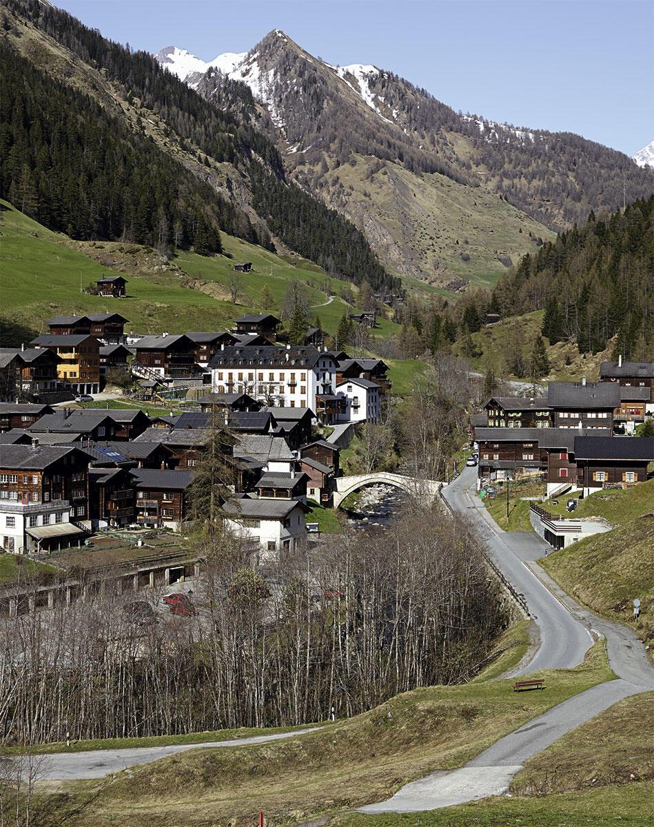 Die Hotel Ofenhorn und die 1564 erbaute Bogenbrücke dominieren das kleine Dorf Binn.