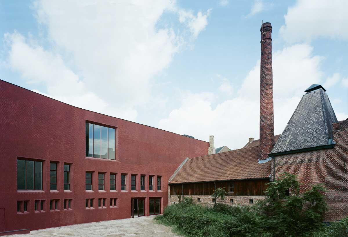 Wie bei den Beginen-Häusern, mit denen sich das Museum den Block teilt, ist die Innenseite reicher detailliert und befenstert. Bild: Gion von Albertini