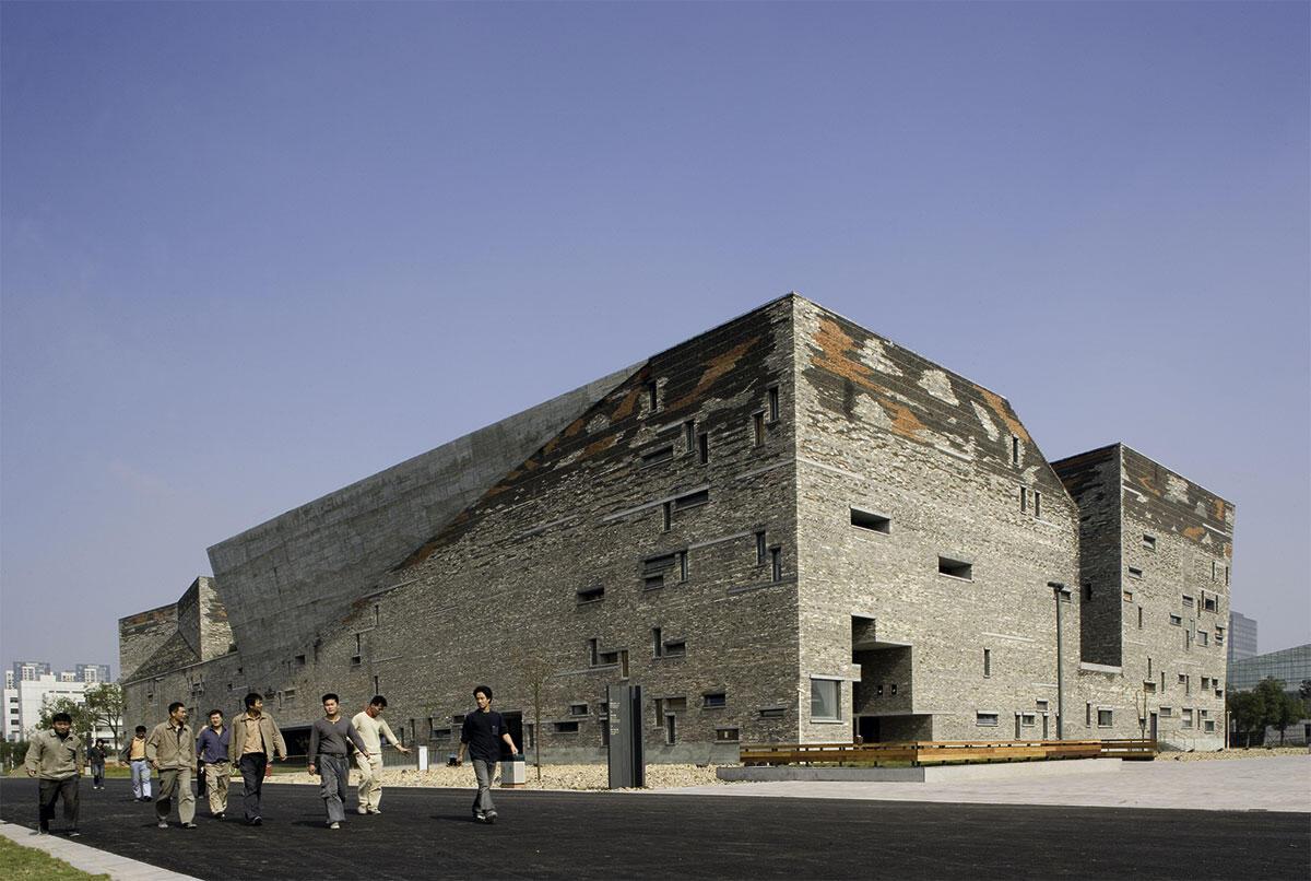 Die Kulturzitadelle des Gesichtsmuseums Ningbo (2003-08) aus Abbruchmaterial – als Erinnerungsspeicher für den verschwundenen Baubestand der traditionellen Architektur.