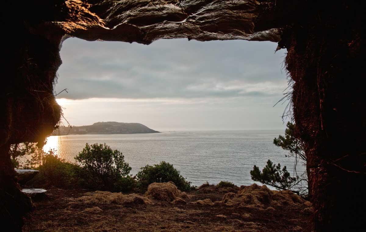 An der galizischen Küste liegt dieser Brocken, den Ensamble Studio Truffle nennt. Kokett changiert das Gebilde zwischen dem Kosmos der Architektur und der Natur. Kurzum: Ein gebautes Artefakt in der Anmut eines natürlichen Objekts.  Bild: Roland Halbe