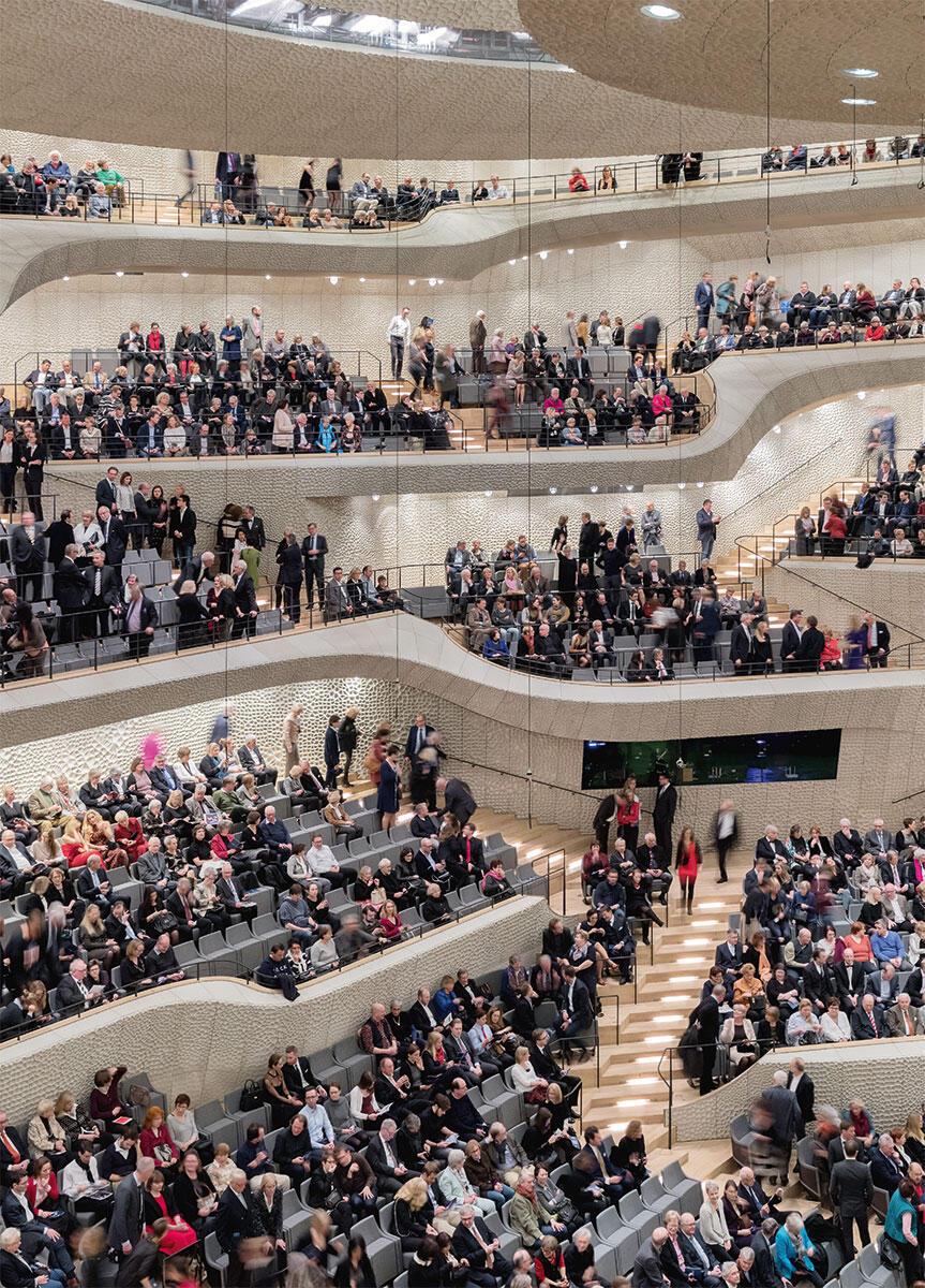 Die ausschwingenden Terrassen des «Weinbergs» in der Elbphilharmonie rahmen ein Konzert und machen es zu einem Musik- und Gemeinschaftserlebnis. Architektur: Herzog & de Meuron