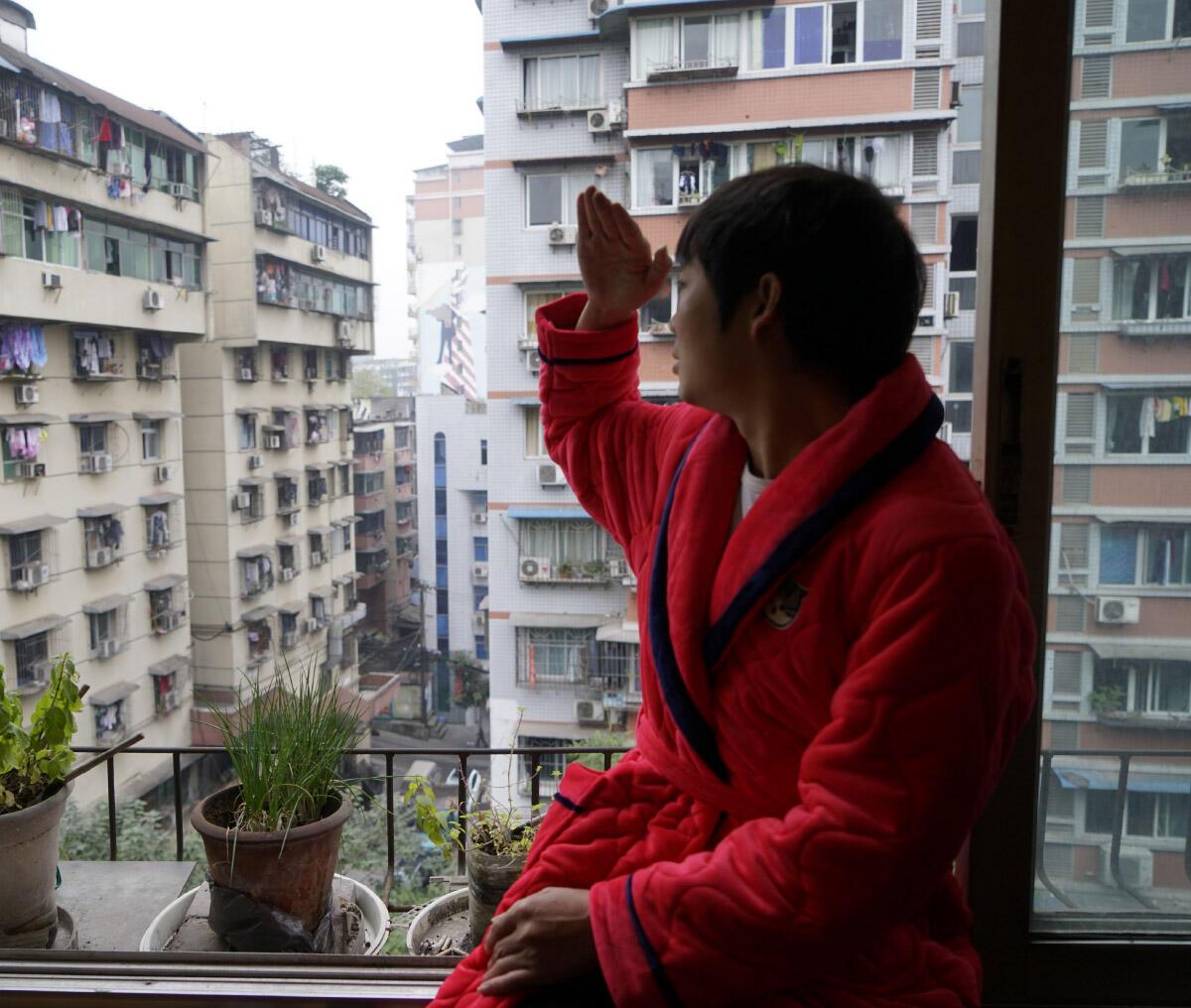 Im Klimakontinuum südchinesischer Wohnhäuser verhelfen nur individuelle Massnahmen zu etwas Wärmekomfort. Das Bild der Schweizer Künstlerin Katja Jug wurde in Chongqing aufgenommen. Es stammt aus der Künstlerpublikation Sun City (2018).  Bild: Katja Jug