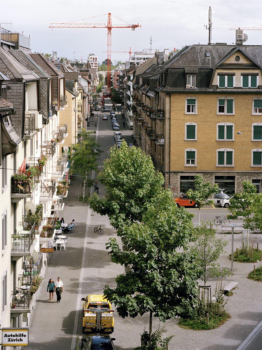 Verwandlung der Transitachse in eine Quartierstrasse: Der Kran verweist auf die umfassende Aufwertungsbewegung, ausgelöst durch die Verkehrsberuhigung.