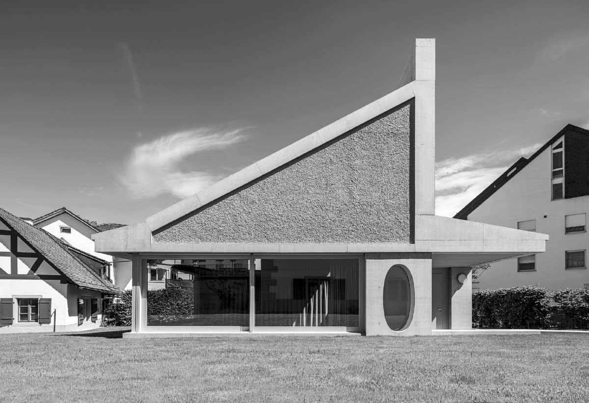 Der Neubau duckt sich gegenüber den Nachbarn, gleichzeitig signalisiert das Dach kecke Eigenständigkeit. Bild: Andreas Buschmann