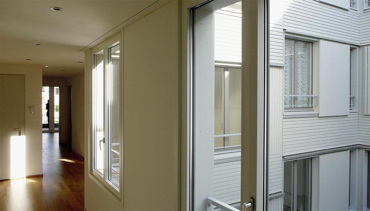 Die Präsenz des Hofraums bestimmt die Wohnungen.