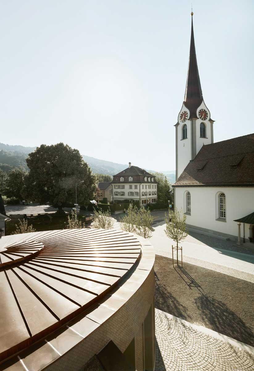 Ebnat-Kappel hat eine seiner zwei Kirchen verkauft – und neben der Grubenmann-Kirche aus dem 18. Jahrhundert ein neues Kirchgemeindezentrum mit Saal geschaffen. Bild: Ladina Bischof