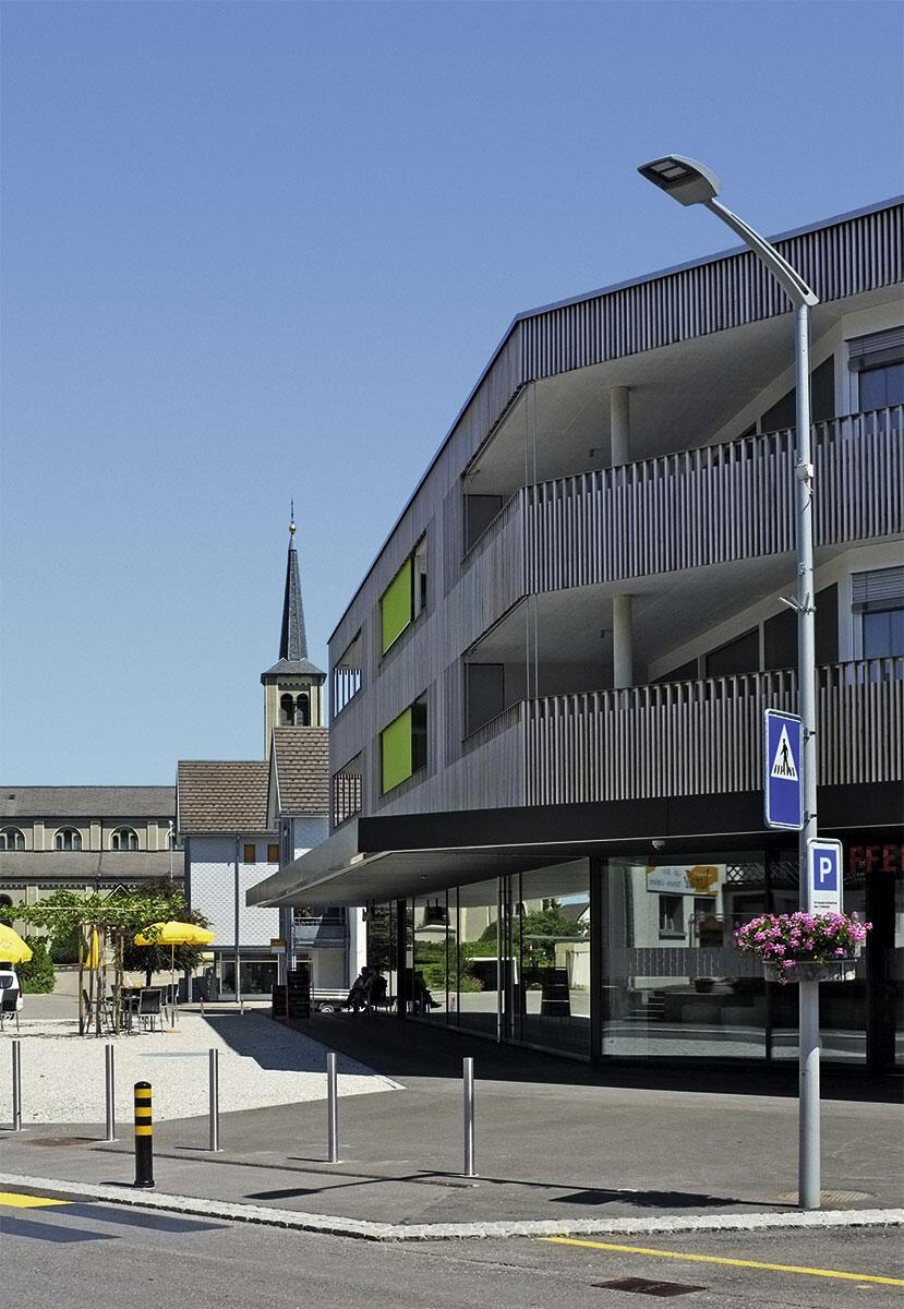 Strassencafé Madlen's mit Blick auf die katholische Kirche in Schmitten. Architekturatelier Schafer.