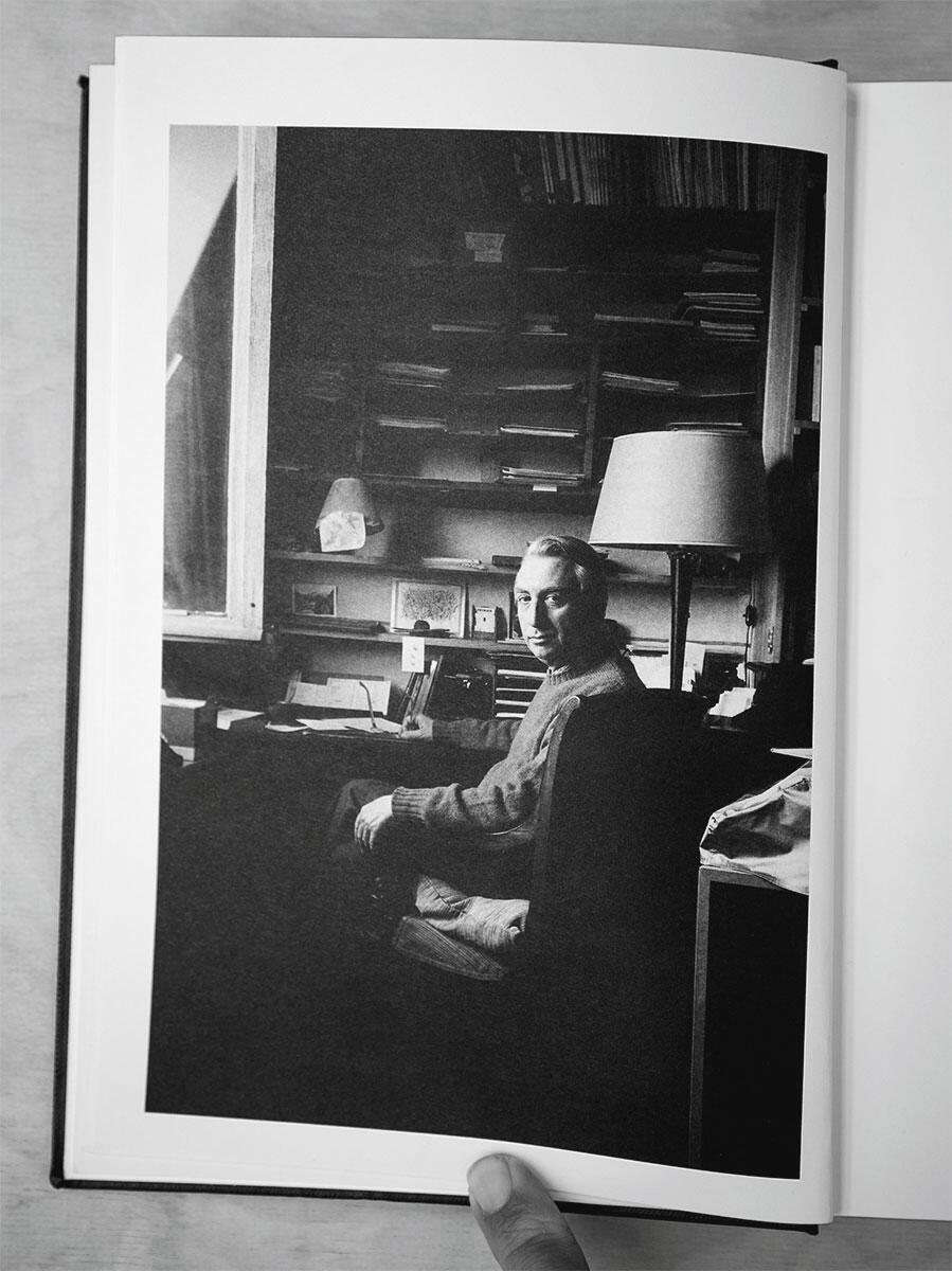 Der Französische Meister-Denker Roland Barthes, seinem eigenen Rhythmus folgend beim Schreiben in der Kammer. Draussen dann die eigene Lust am Leben und eine Erotik des Zartgefühls, jenseits heterosexueller Paarbeziehungen und homosexueller Eskapaden.