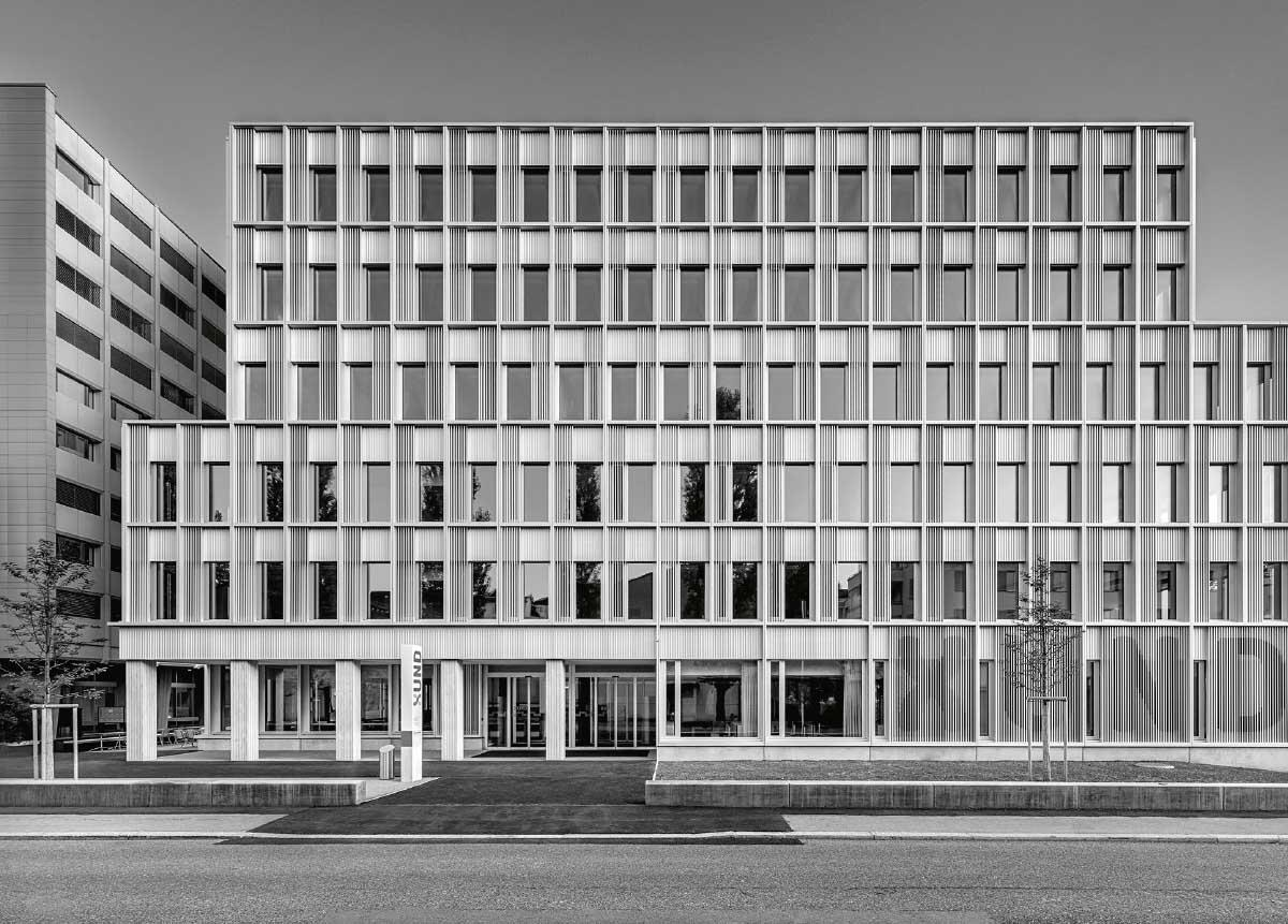 Mit seiner naturfarben eloxierten Aluminium-Rasterfassade besetzt das Bildungszentrum den Raum der Strasse. Bild: Markus Käch