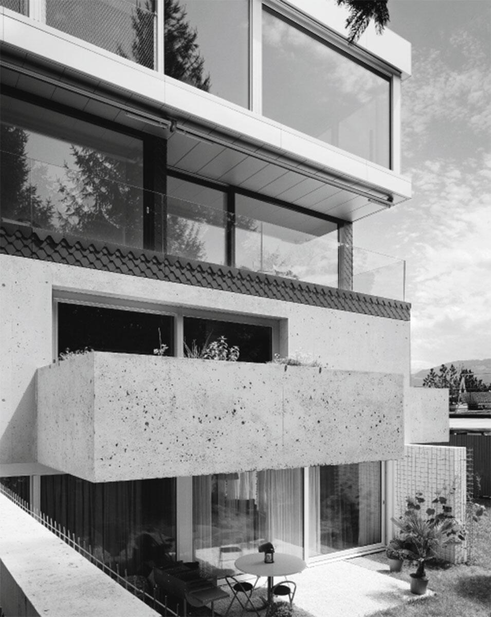 Gestapelte «Häuser», ablesbar an der Fassade: Misapor-Beton im ersten, Eternitschindeln im zweiten und Stahl-Glas im dritten Obergeschoss der «Fünf Häuser» in Rapperswil von Lukas Lenherr.