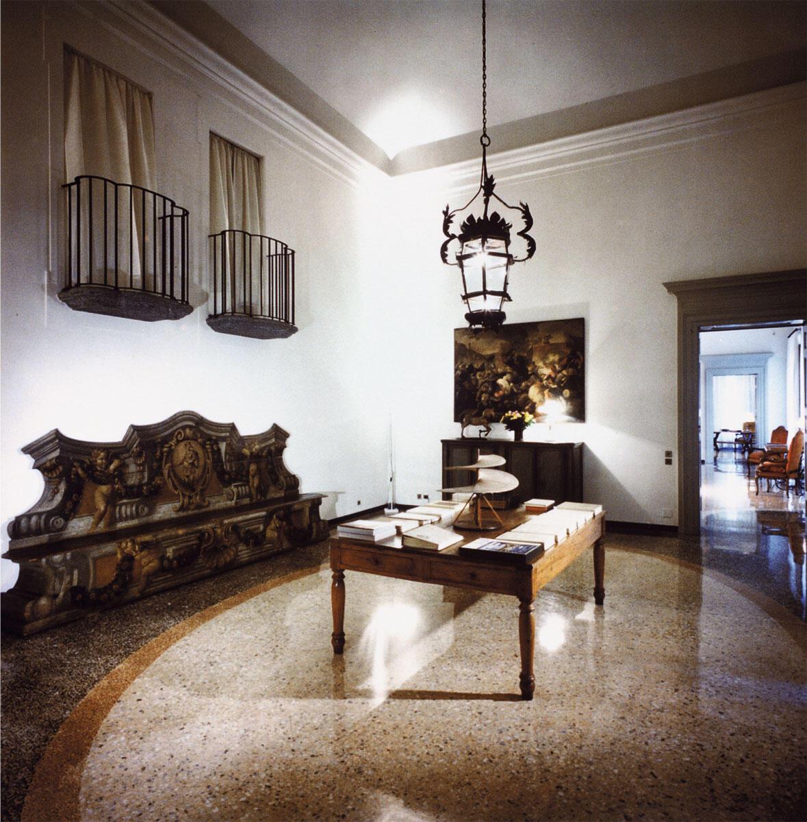 Für zwei der vier grossen Salons entwarf Caccia steinerne, von der oberen Ebene der Schlafzimmer zugängliche Balkone. Deren Details waren im Ursprung barock; der geübte Blick konnte aber leicht erkennen, dass sie nie als direkte Imitationen des Alten gelten konnten.
