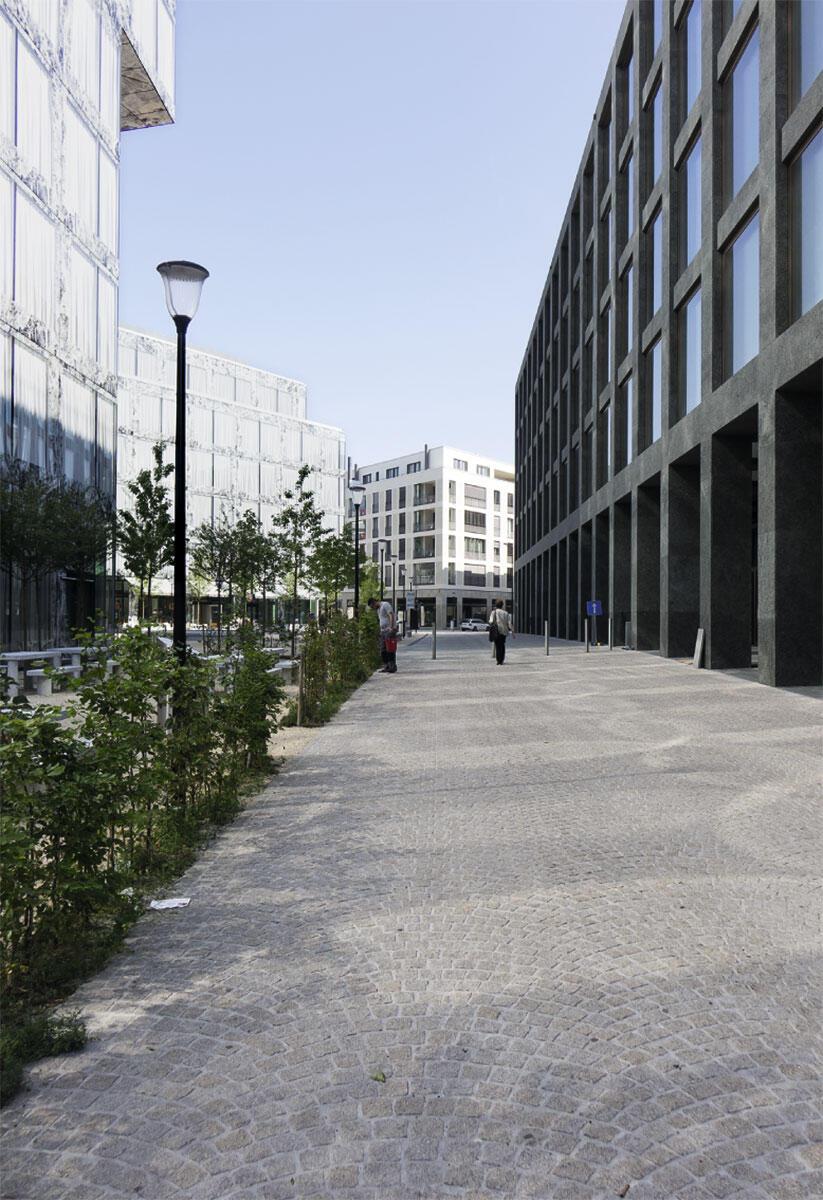 Blick von Süden in Richtung Hauptplatz. Links die Fassade des Hochhauses von Wiel Arets auf Baufeld 7, dahinter dessen Block auf Baufeld 1. Rechts das Büro-Geviert von Max Dudler auf Baufeld 6.