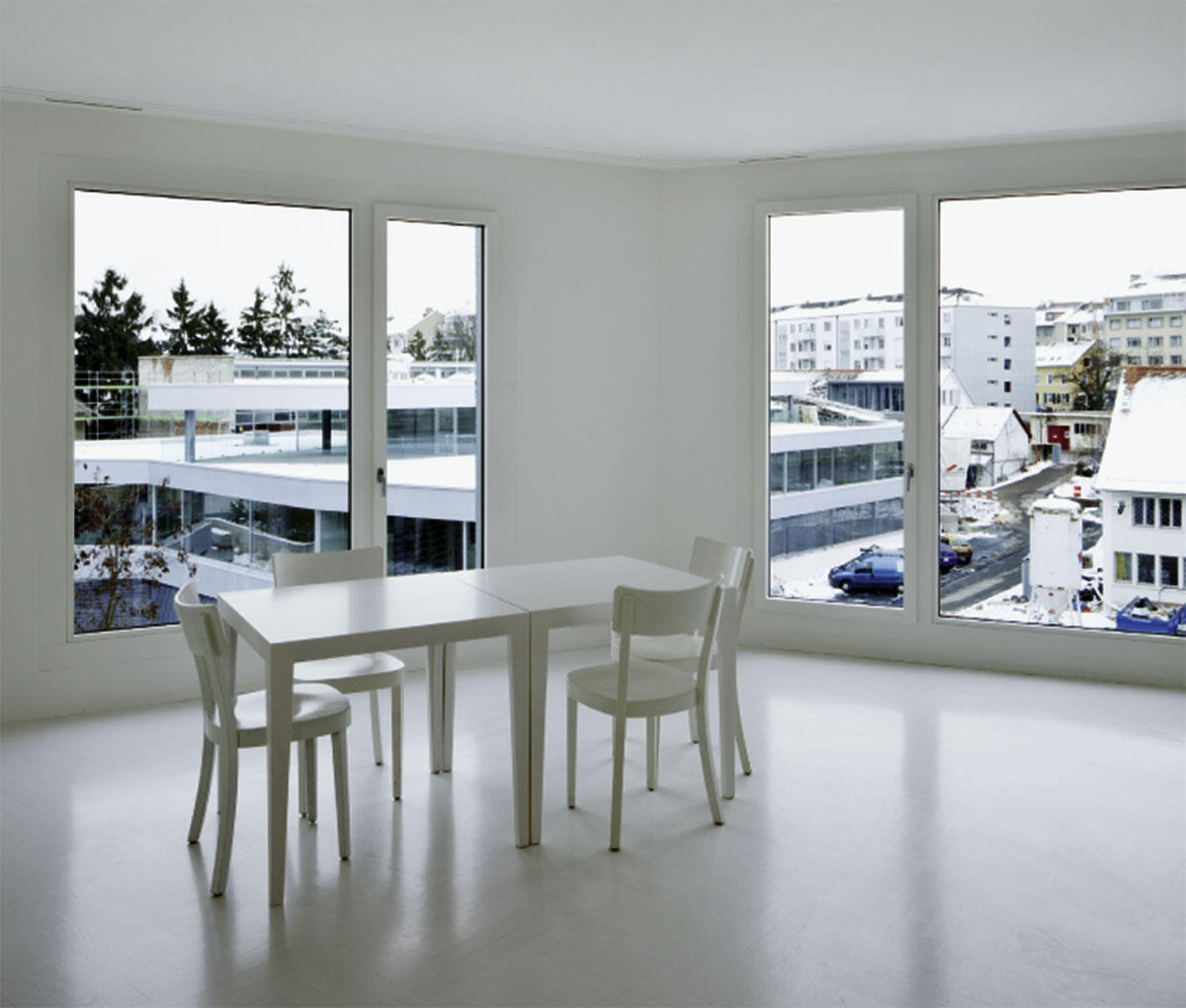Blick auf das Werkstattgebäude der Stiftung WohnWerk in Basel aus einem Wohnzimmer von Christ & Gantenbein