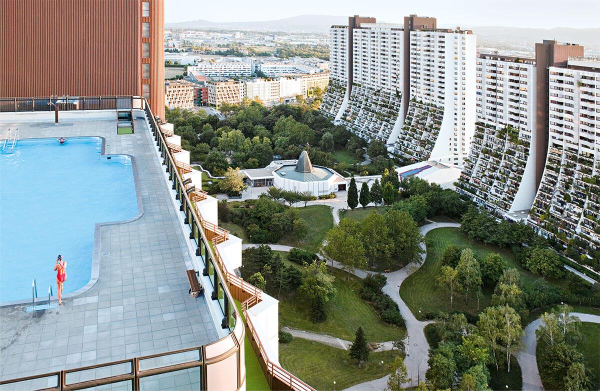Auf jedem Hochhaus ist ein Schwimmbad installiert – mit ein Grund für den nachweislich geringen Mobilitätsbedarf der Quartierbewohner: Alt-Erlaa von Harry Glück.