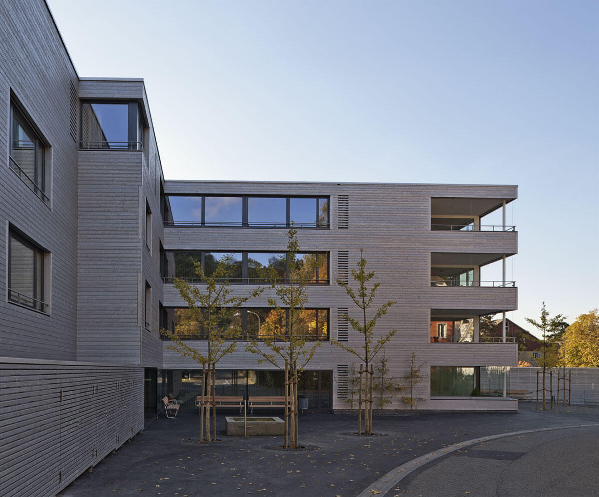 Wohnzimmer und Balkone als eigenständige Volumen brechen die Grössen des Baukörpers auf die Körnigkeit der Umgebung hinunter: Wohnüberbauung Viehmarktareal von Lüscher Bücher Teiler + Hans Lauber Architekten.