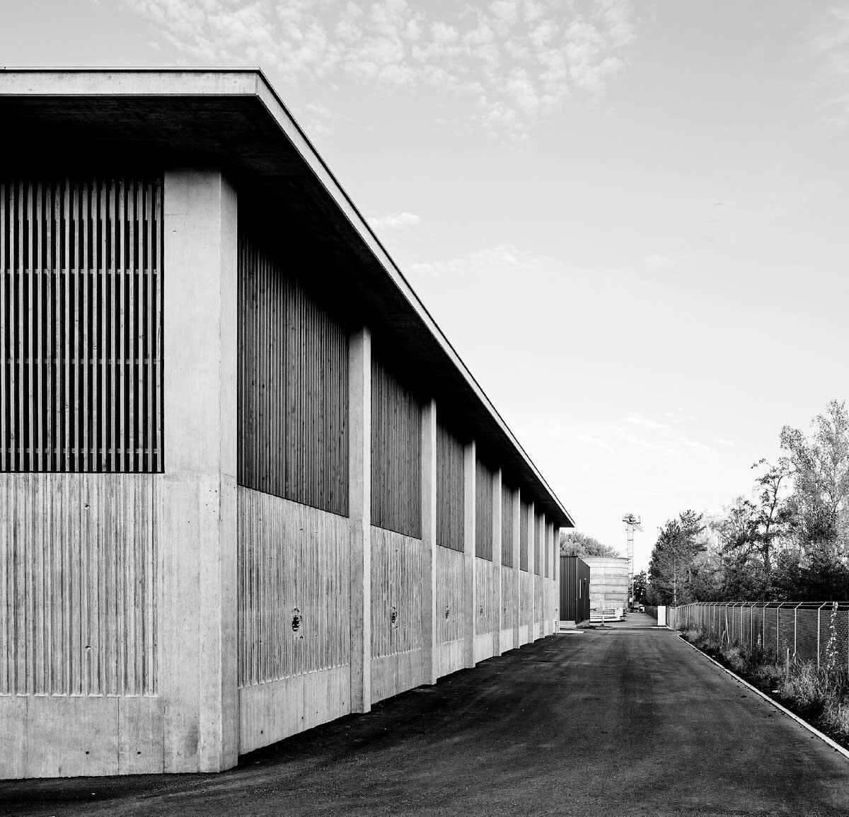 Mehr als eine Kläranlage: Wenn der Zimmermann die Schalung für den Betonsockel baut und Befüllungsstutzen zu Ornamenten werden. Bild: Hannes Heinzer