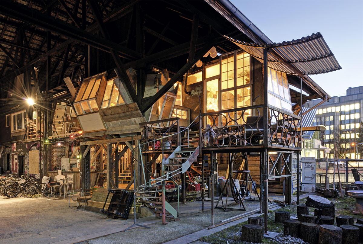 Im zurzeit grössten besetzten Areal in Zürich belegen offene Lagerschuppen den grössten Teil der Fläche. Um sie bewohnbar zu machen, haben die Besetzerinnen und Besetzer Wohn- und Arbeitsräume in die offene Holzkonstruktion eingebaut.