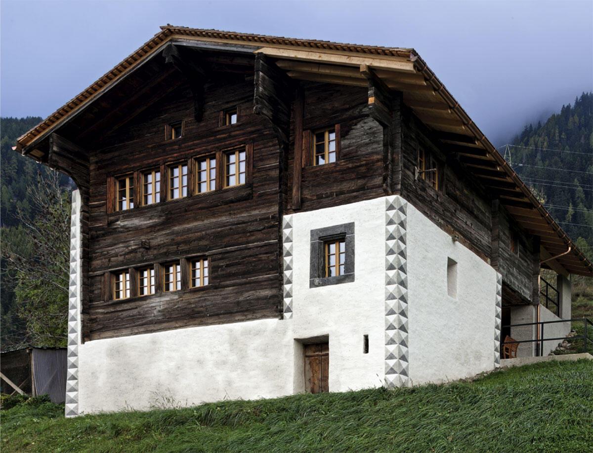 Das historische Walliserhaus in Zenhäusern / Grengiols wurde im letzten Moment vor dem Zerfall gerettet und dient jetzt als Ferienhaus. Seine Hülle ist dabei intakt geblieben. Umbau von Walliser Architekten.