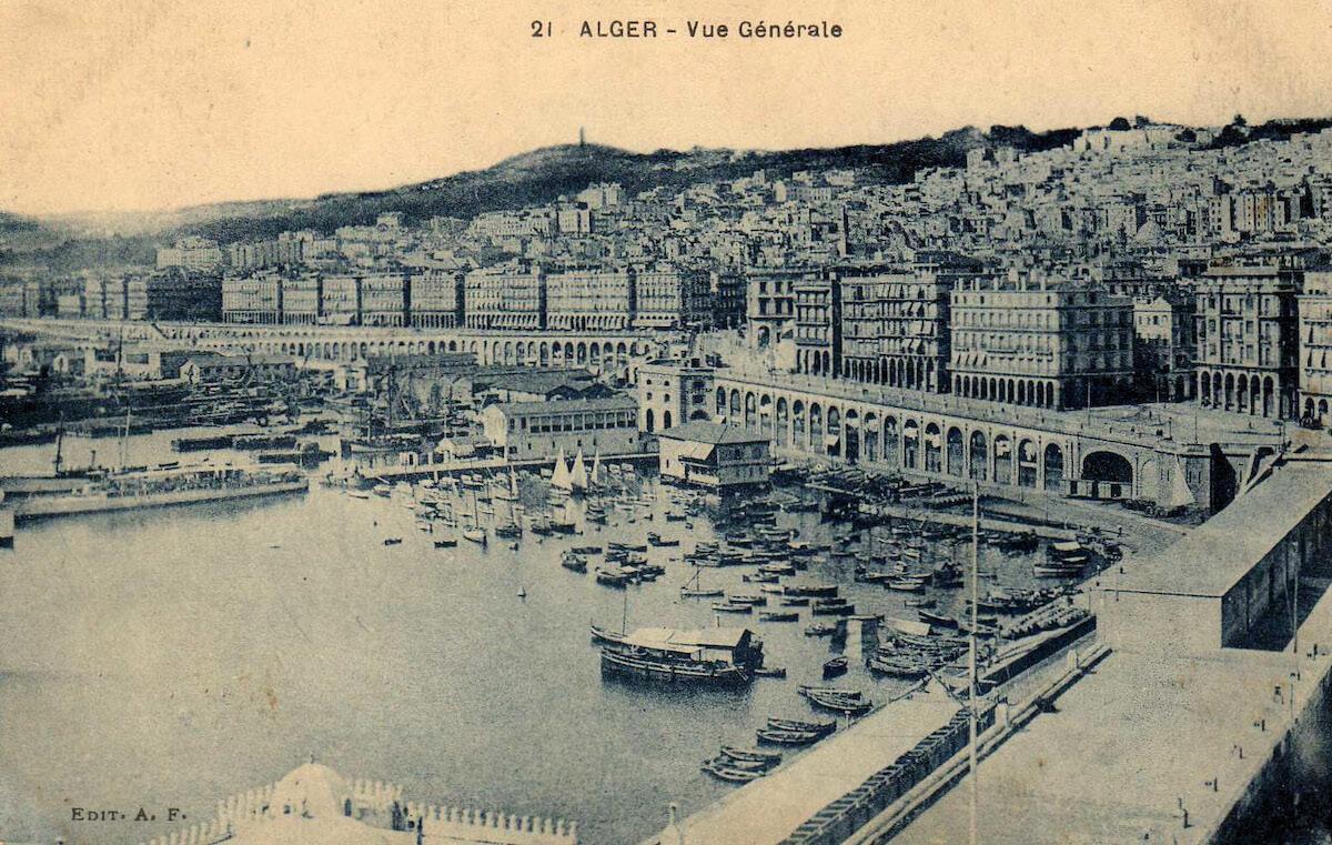 Algier, nicht Côte d'Azur. Die algerische Hauptstadt präsentiert sich auf der Postkarte von 1928 als typisch französische Hafenstadt. Ein grosser Teil der Bevölkerung ist europäischen Ursprungs. In der Bildmitte ist das Häusergewirr der Kasbah erkennbar (gleich darüber wurde 1955 Climat de France gebaut).