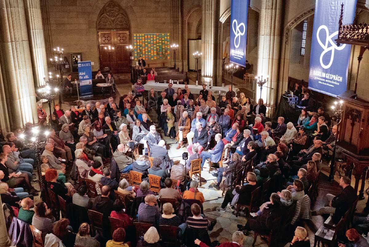 Die Offene Kirche Elisabethen in Basel ist ein Freiraum in der Stadt, bedeutender Veranstaltungsort und auch ein Sozialprojekt für Flüchtlinge. Im Bild: Eine Debatte über Sterbehilfe. Bild: Dominik Pluss/OKE