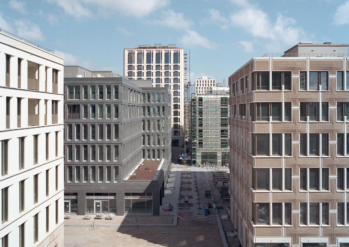 Über der Blockrandhöhe Schwabings akzentuieren drei Hochhäuser die Freiräume und beziehen sich auf den Massstab der Turmbauten der 1970er, die bereits am Mittleren Ring stehen.