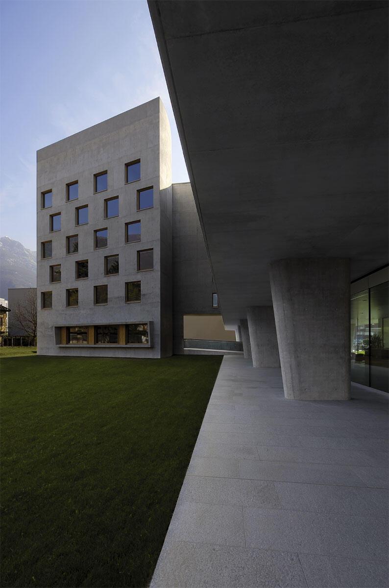 Pilotis, offenes Erdgeschoss und Turm: Luigi Snozzi, Mitbegründer der «Tendenza», führt mit seiner Tochter und deren Ehemann moderne Architektur und Geschichte zusammen.
