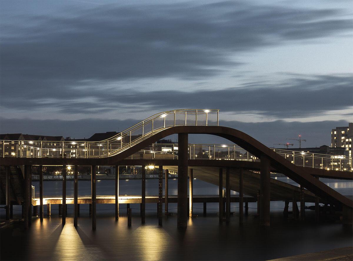 Kalvebod Bølge – die Welle – macht als dreidimensional geschwungene Uferpromenade die Wasserfläche des Innenhafens erlebbar.